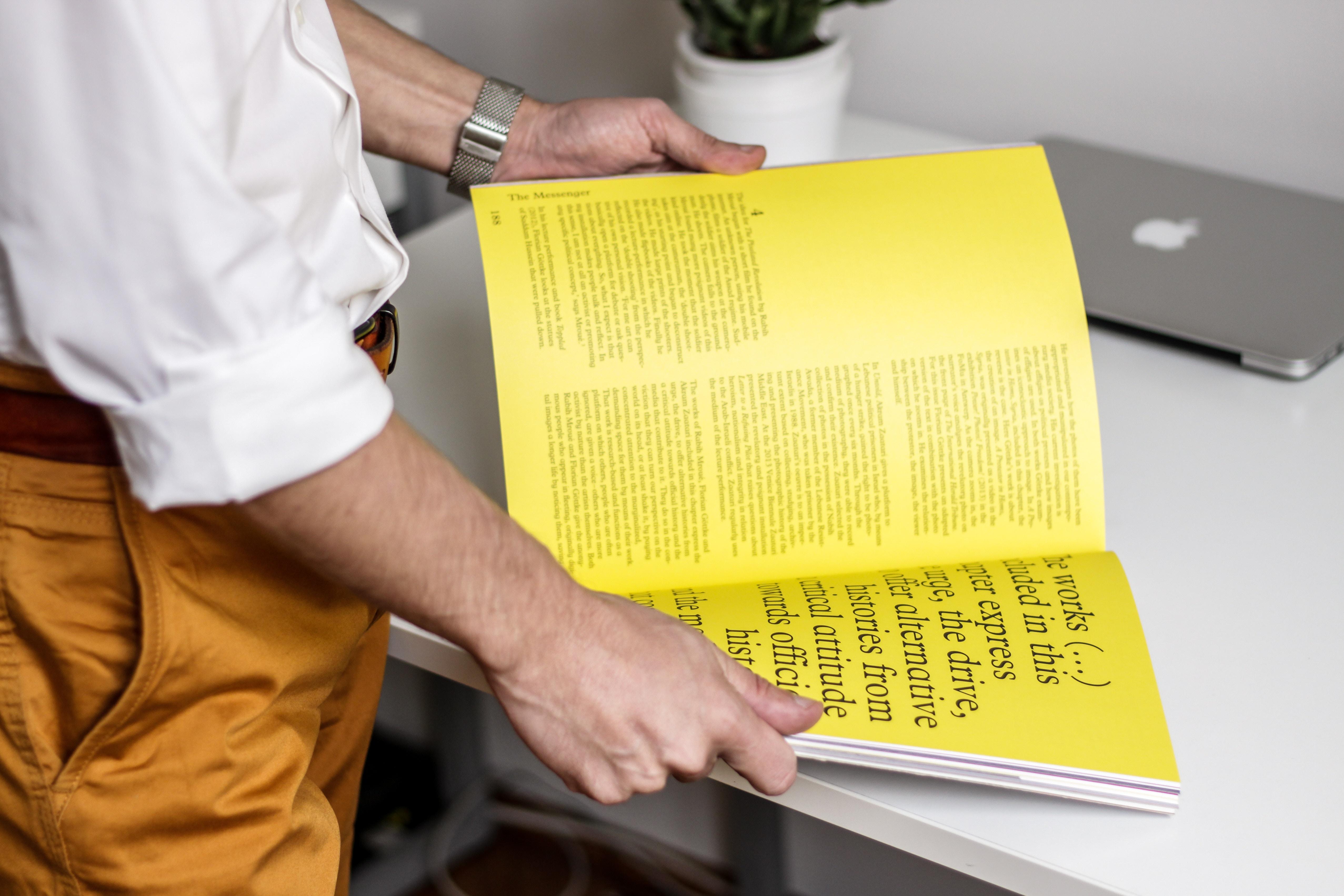 Mężczyzna na stole katalog klejony